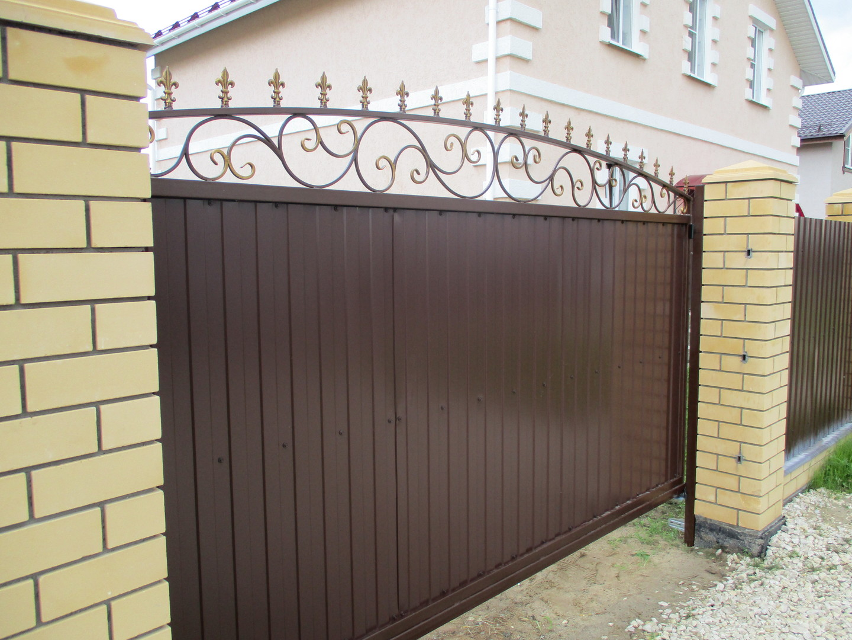 ворота откатные из профнастила с ковкой